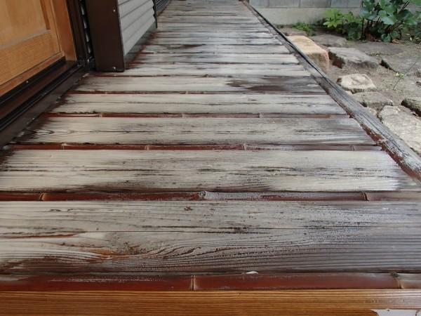 古い杉材の縁側を洗う