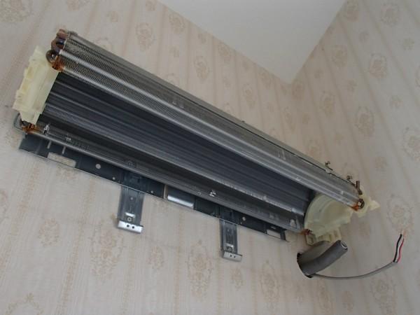 壁に残るのは熱交換器のみ
