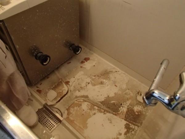 浴槽下を洗う