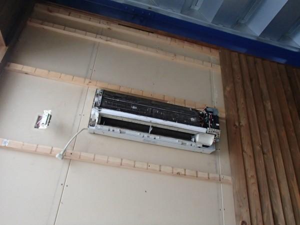 内装の板張りを剥がしてエアコンクリーニング