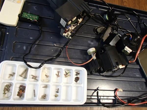 外した電装部分と錆びたビス