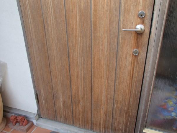 玄関ドアを洗う