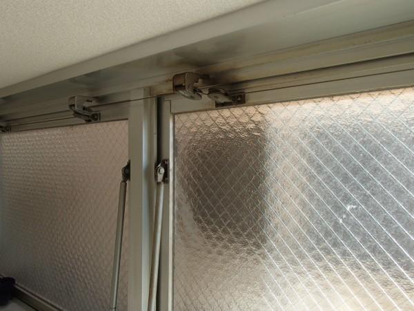 排煙窓の着色を落とす