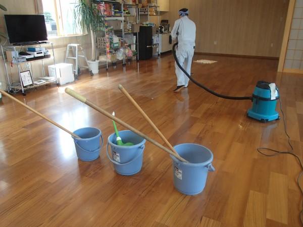 30坪のリビングを手作業で洗う