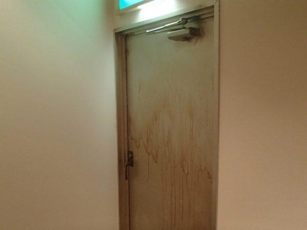 ドアのヤニ汚れを洗う
