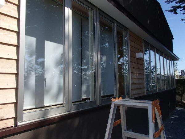 ガラス窓で開放的な空間づくり
