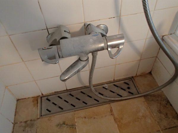シャワー混合栓と排水