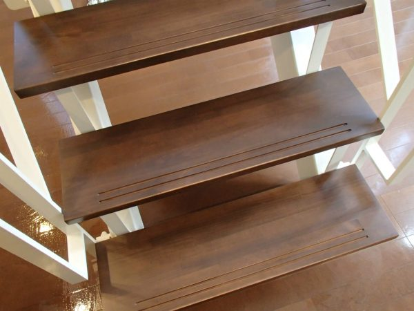 階段板の剥離洗浄とワックス