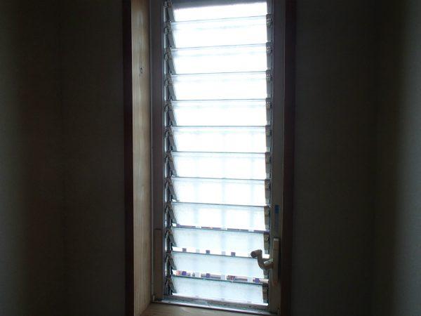 ルーバー窓の外観