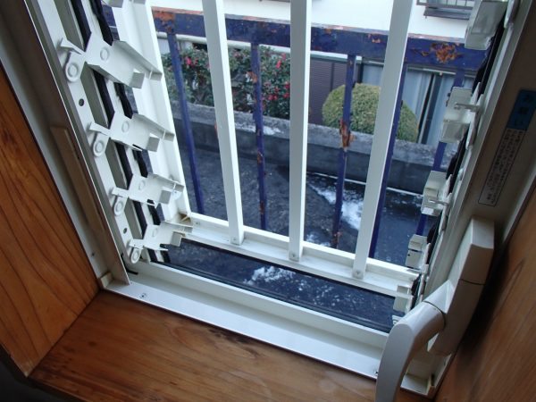 窓枠と可動部分の洗浄