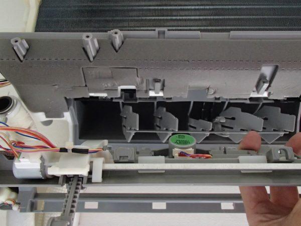 モーターを収納するためにドレンパンに水たまりができる
