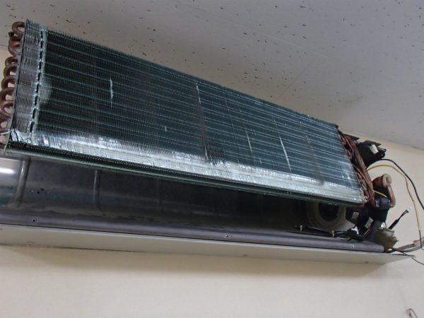 業務用壁掛けの熱交換器を洗う