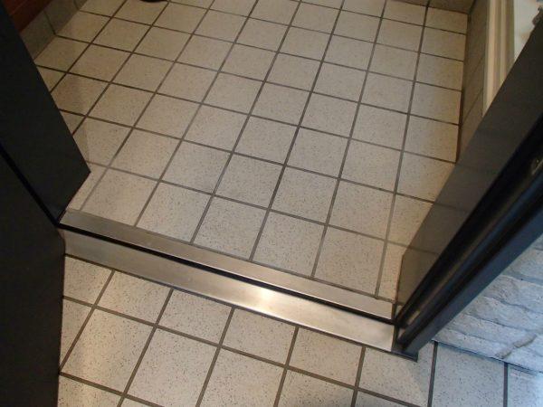 玄関タイルを洗う
