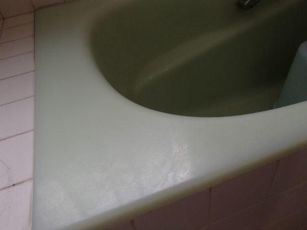 水あかで曇った浴槽ヘリ