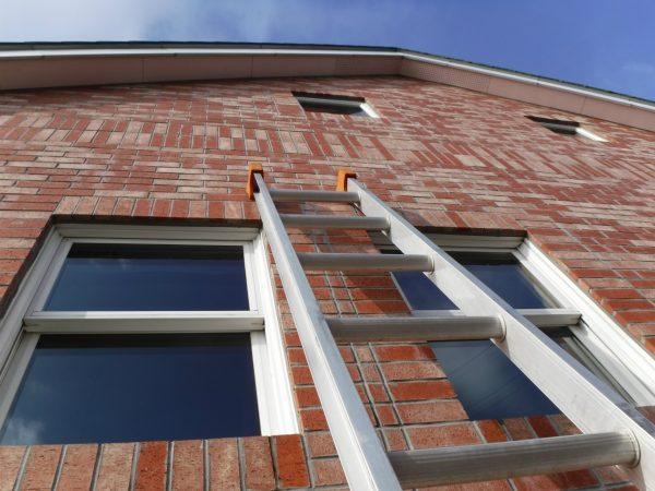 2階部分の窓をはしごで