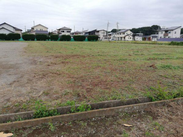 グラウンドの草刈り