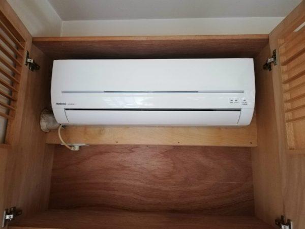 棚のなかに設置されたエアコン