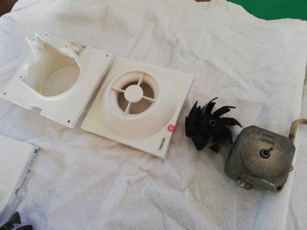 トイレ換気扇の分解クリーニング