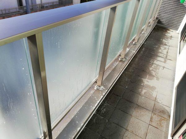 ガラスの腰壁を洗う