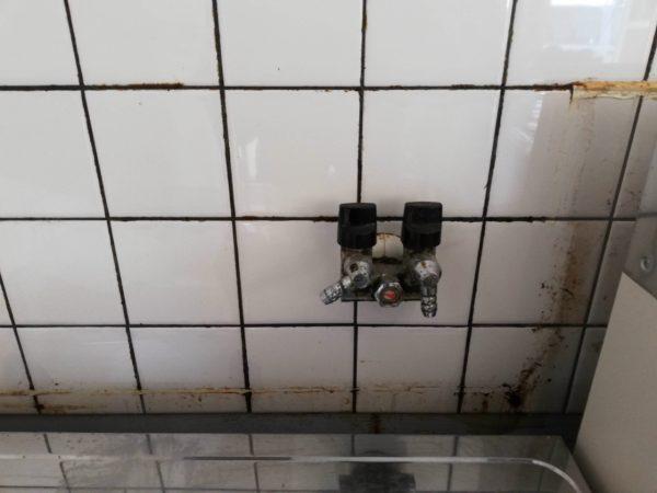 ガス栓と目地