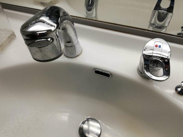 洗面台の水栓とボウル