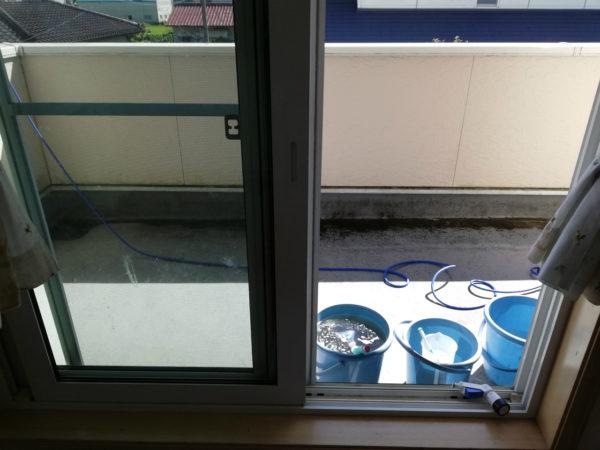 窓ガラスとベランダ