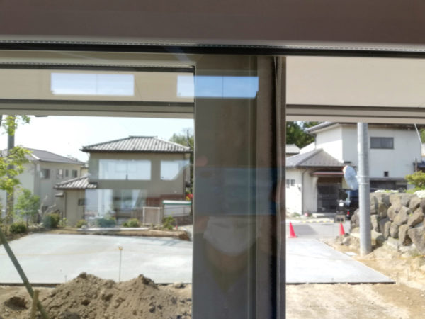 窓枠の重なり部分